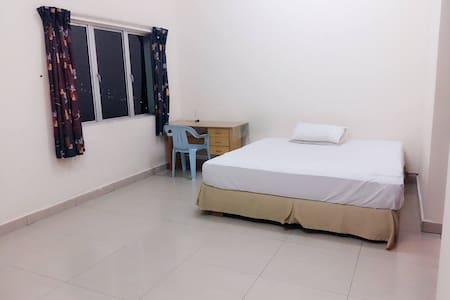 Master room with private bath - Seri Kembangan