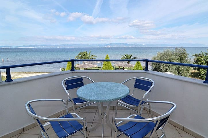 Triple sea view room on the beach - Skala Rachoniou