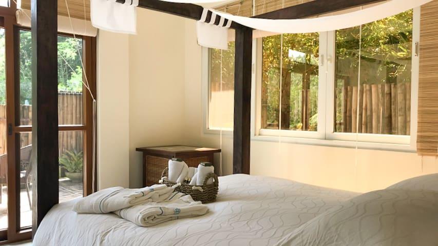 Deluxe Room with Queen Bed and breakfast