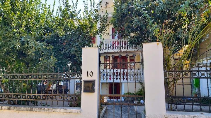 Νεοκλασικό με αυλή στο ιστορικό κέντρο της Δράμας
