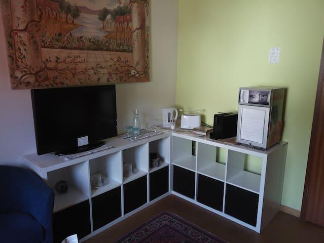 Tv / Wasserkocher / Toaster / Kaffemaschine / Kleiner Kühlschrank. Tassen , Teller & Besteck für 2