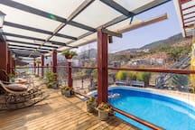 束河古镇山下的院子阳光大套房 独立阳台,躺椅,露天泳池,自带停车场,大大的落地窗 温暖的阳光
