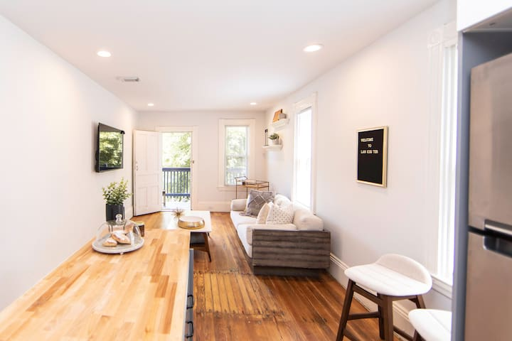Center City Luxe 2 bedroom Condo:: Fully Renovated