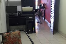 Pequeno escritório com computador e mesa