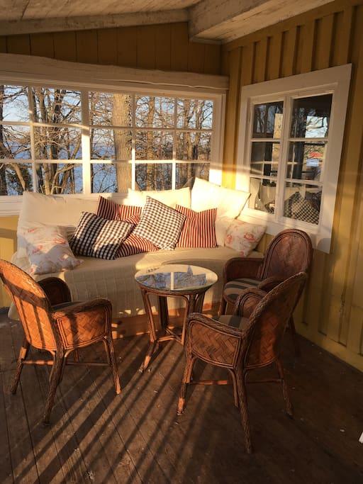 Veranda med dagbädd och cafémöbler