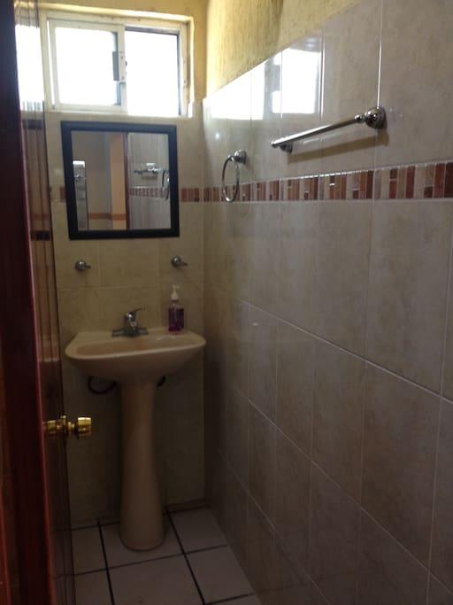 Baño independiente , en costo mensual incluye agua caliente