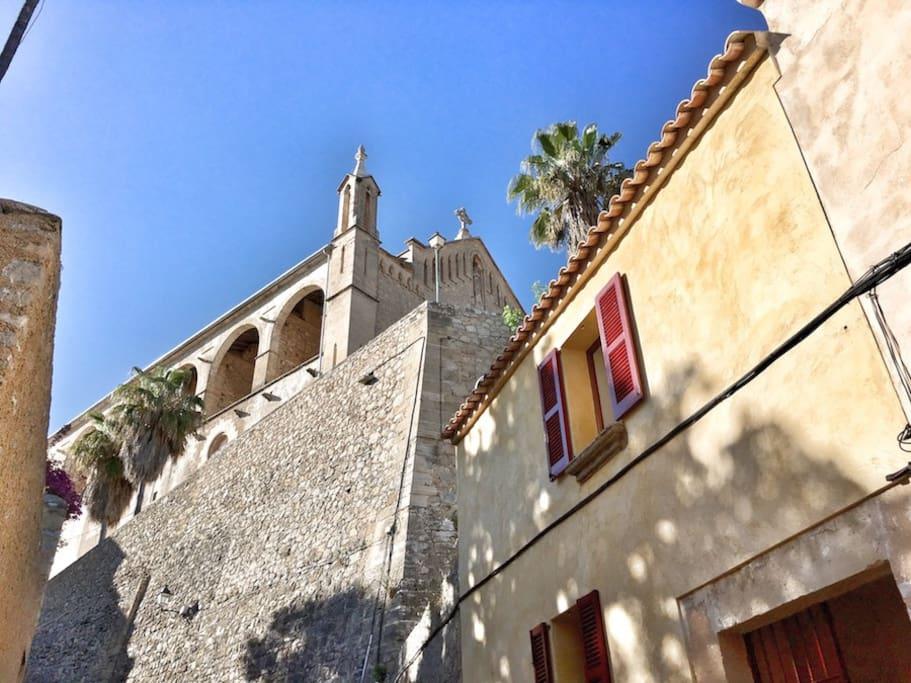 Gebäudeansicht Casa Escala mit Kirche im Hintergrund
