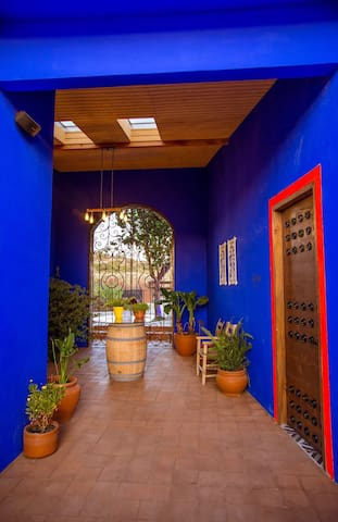El pasillo que divide Casa Frida y Casa Diego es un espacio lleno de color, de vegetación y lleno de vida, así como le gustaba a Frida.