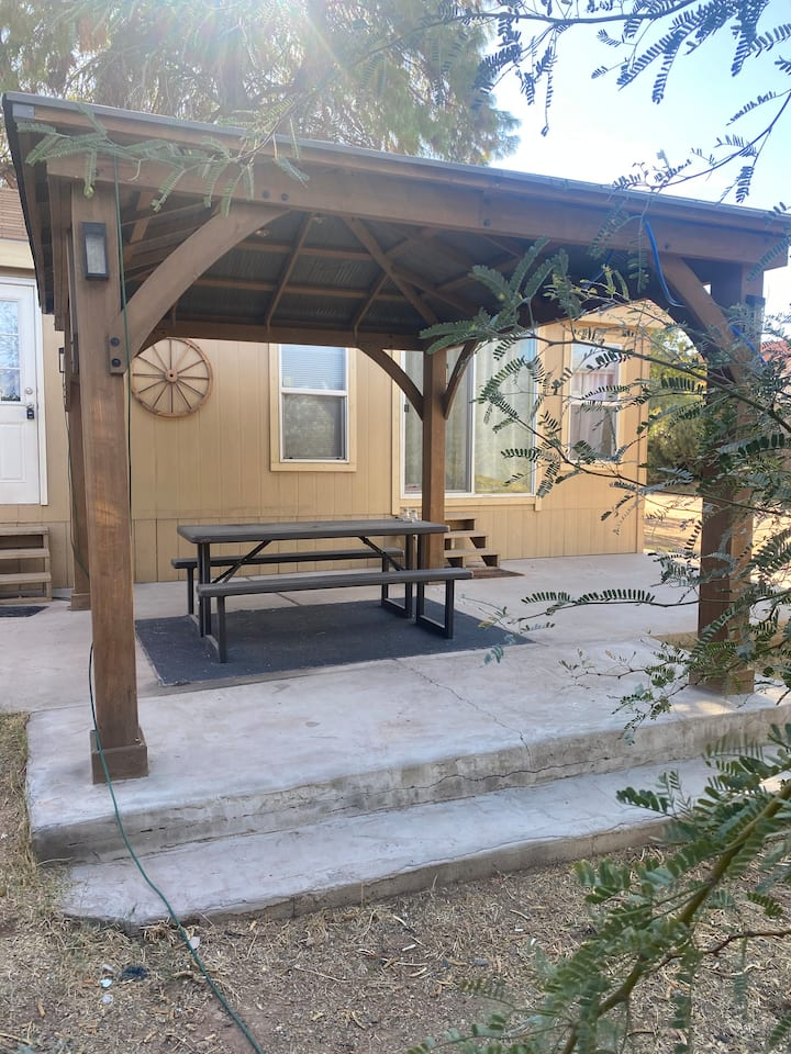 Dog Friendly!! Mini House In The Heart of Tempe.