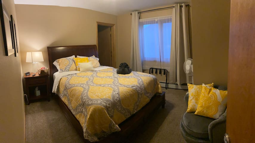 Yellow Room Pvt. 1B/1B, Hot tub,  walk to  town
