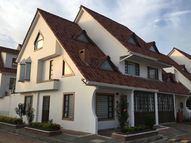 Espectacular  casa - MOSQUERA  - Hus