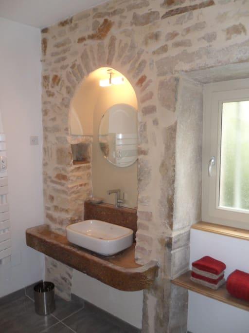 lavabo sur l'ancienne pierre d'évier