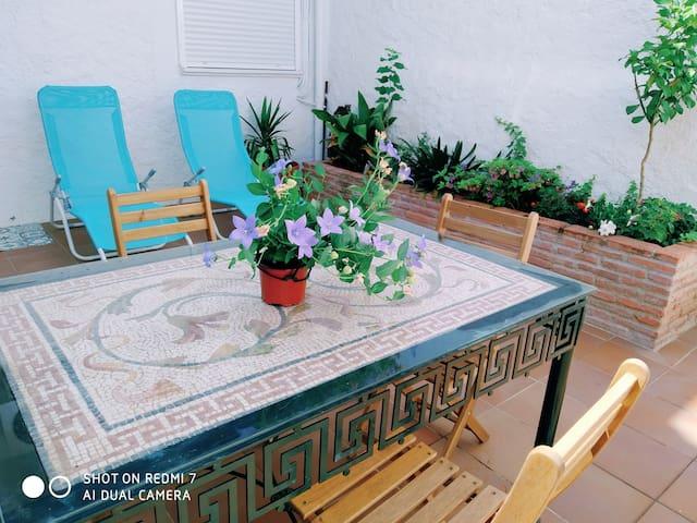 Precioso apartamento con patio en zona tranquila.