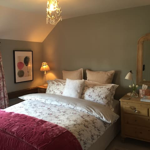 Beautiful cottage bedroom with ensuite facilities - Great Gransden