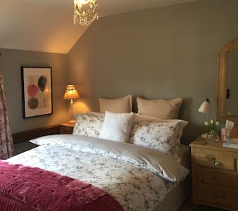 Beautiful cottage bedroom with ensuite facilities - Great Gransden - Rumah