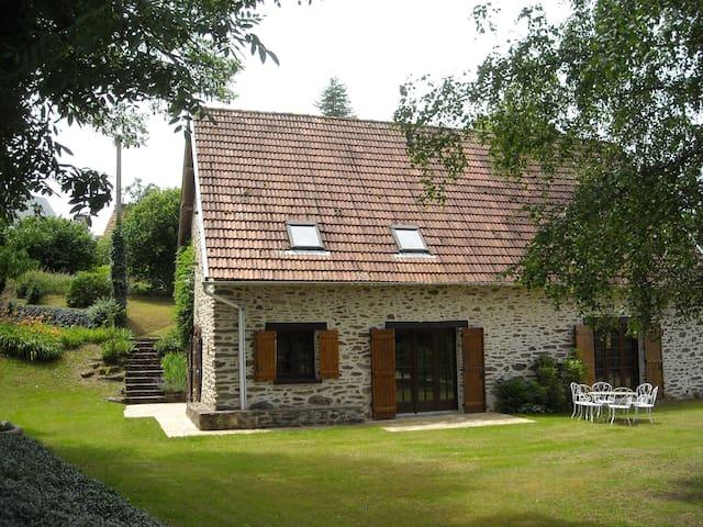 Gite calme et confortable vallée de la Dordogne - Soursac - Rumah