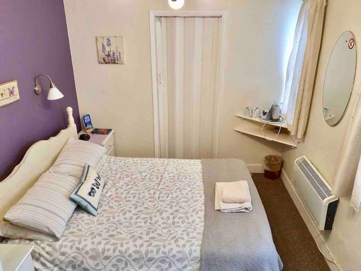 101 En Suite Small Double Room with Breakfast