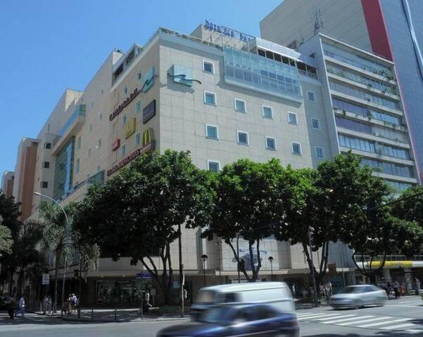 Botafogo Praia Shopping at 10 minutes by bus or metro, or a 20 minute walk/ Shopping a 10 min de ônibus ou metrô ou 20 minutos a pé.