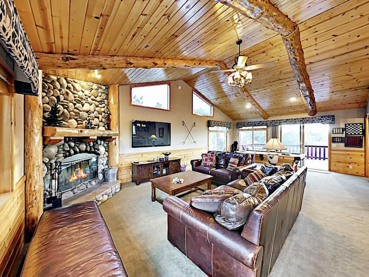 Mountain View—Log-Style Home w/ Hot Tub, By Ski Slopes