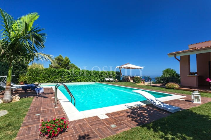 Villa with Pool and Wonderful Sea Views