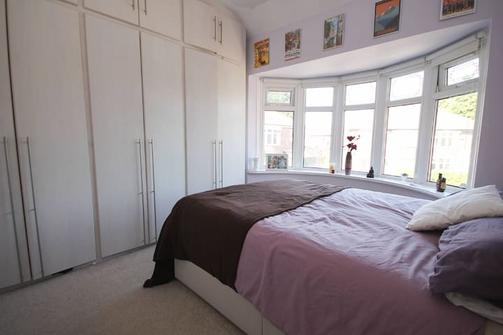 Double room near Manchester airport. Free parking