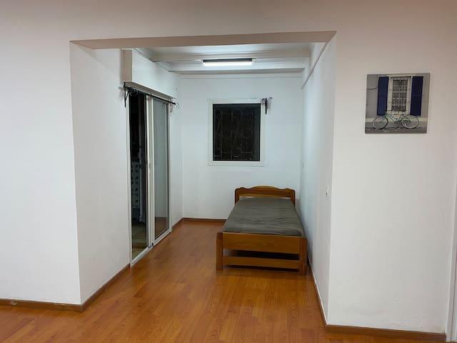 Une grande chambre à l'étage avec un grand lit et un petit lit
