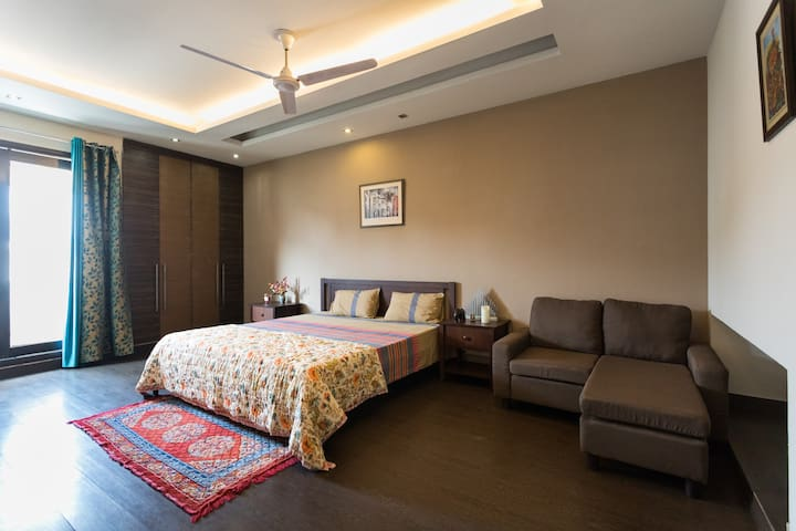 Spacious, peaceful Bedroom @SouthExt-2 - New Delhi
