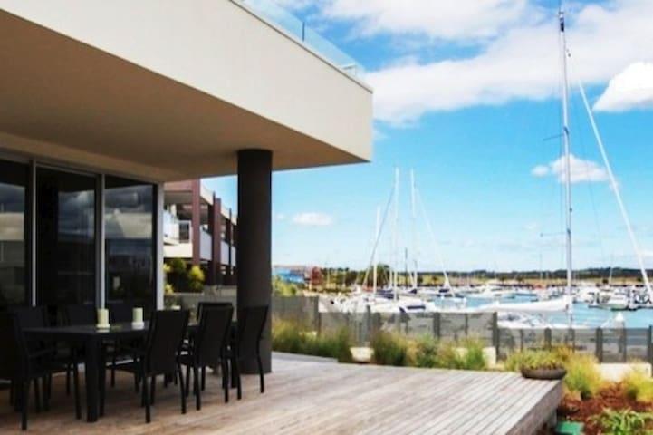 Stylish Waterfront. Near wineries/walk to beach