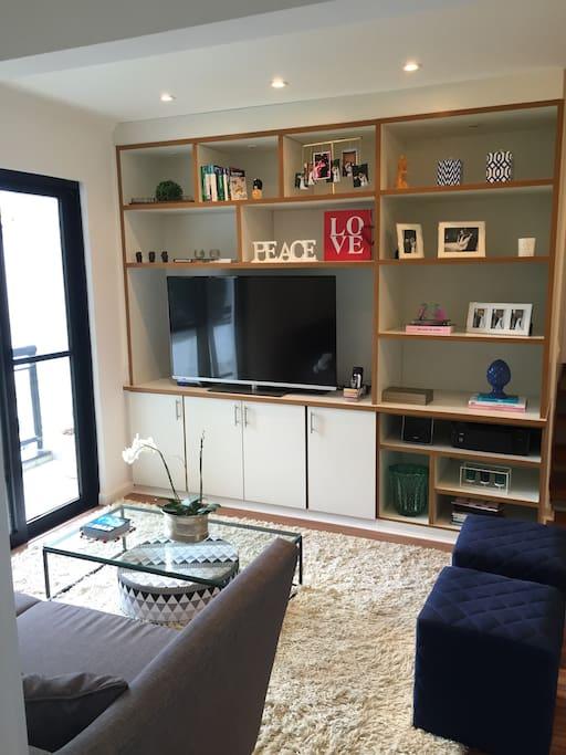 Sala - Linda e moderna decoração; Smart TV 52 polegadas a cabo