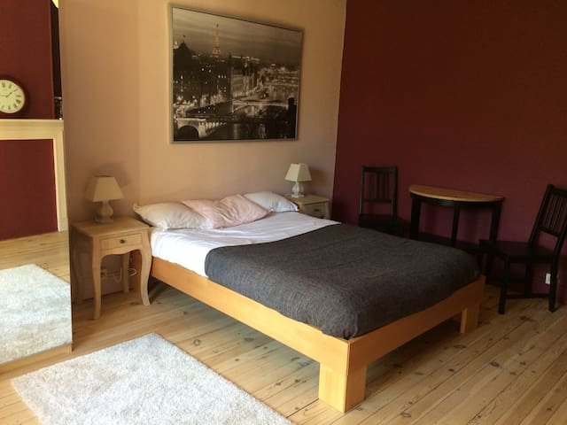 Double bed with private bathroom - Namen - House