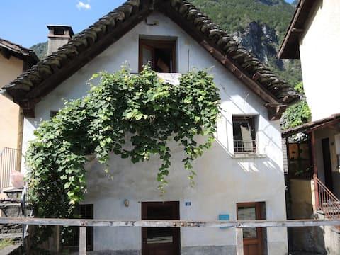 casa rustica all'ingresso della val bavona