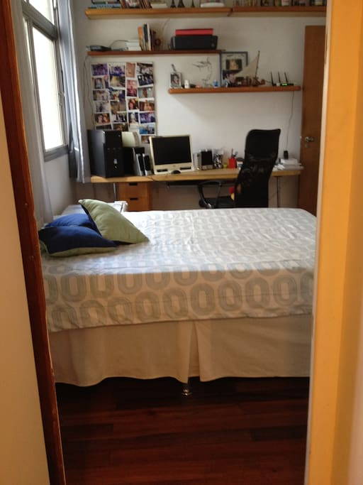 cama de casal,frigobar, microondas e suite.