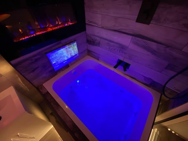Suite 23 Hot Tub Designer Apartment