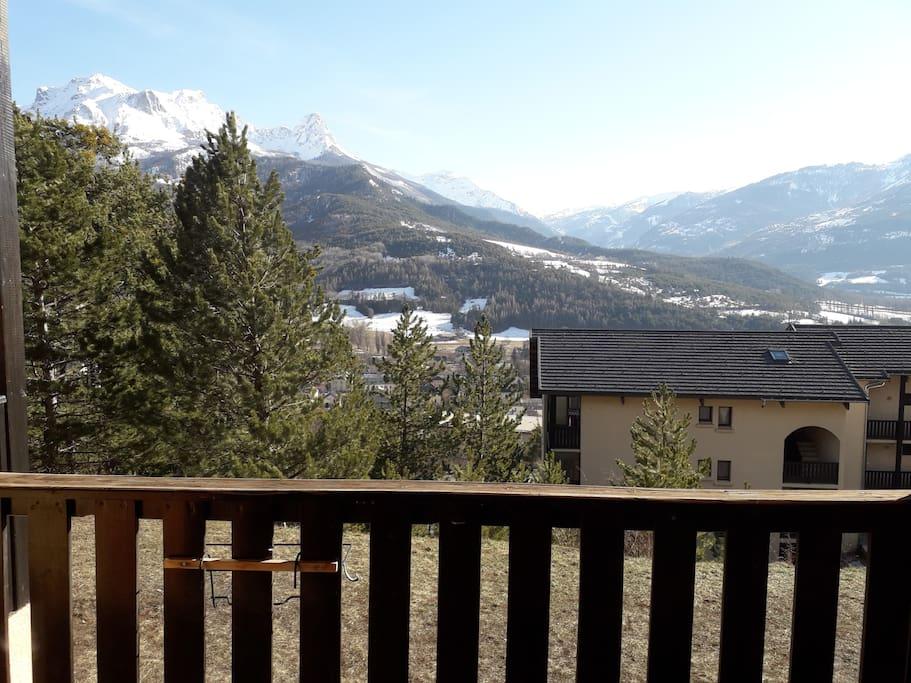 Vue sur les sommets enneigés de la vallée.