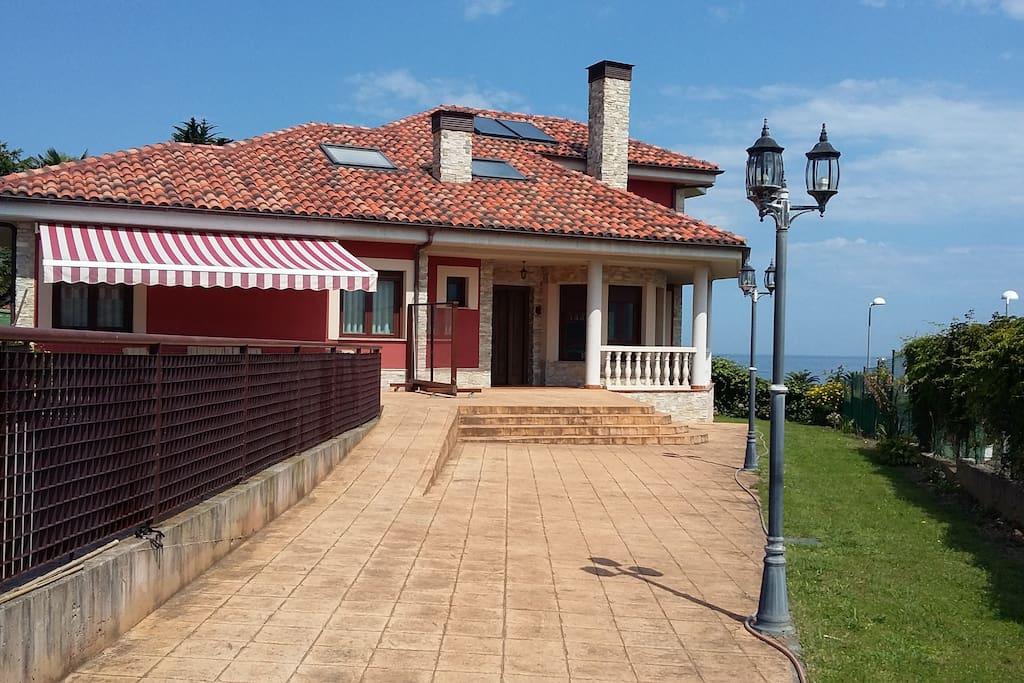 Casa pareada nueva frente a las playas de la Espasa y la Isla-El Barrigón con vistas al Pico del Sueve