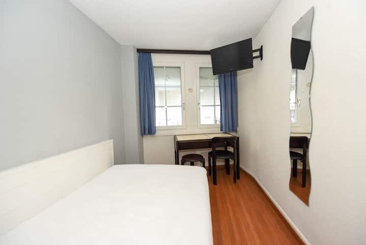 Chambre Hôtel-- Lit double avec lavabo--