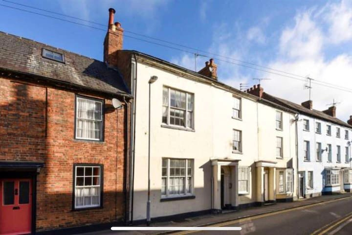 Lovely flat - Towcester,- 11 min to Silverstone.