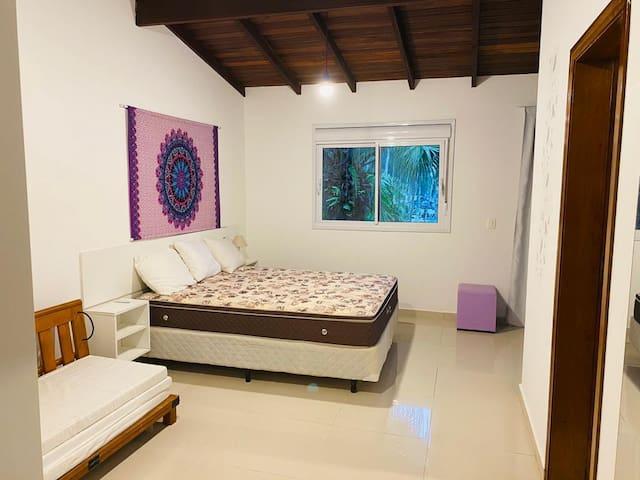 Quarto 4 - Master com cama de casal, sofá cama, cama solteiro, WC privado e A/C.