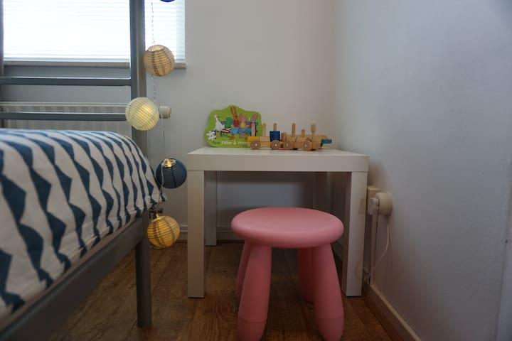 Slaapkamer 4 met een stapelbed en speelhoek