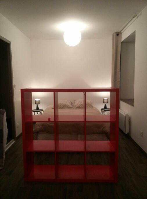 Le meuble à casier délimite l'espace chambre