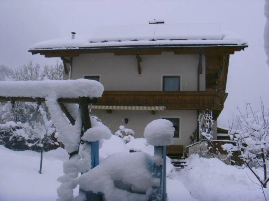 Unser Garten tief verschneit