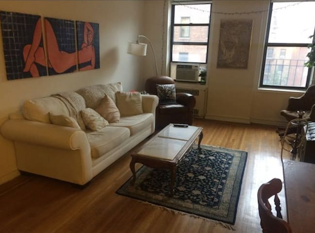 Entire MASSIVE apt. for 4 ppl 1 Block from Subway - Queens - Apartment