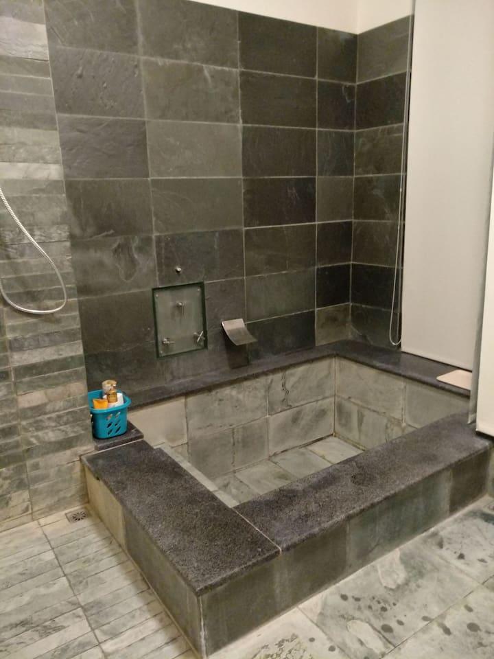 超大的溫泉浴缸