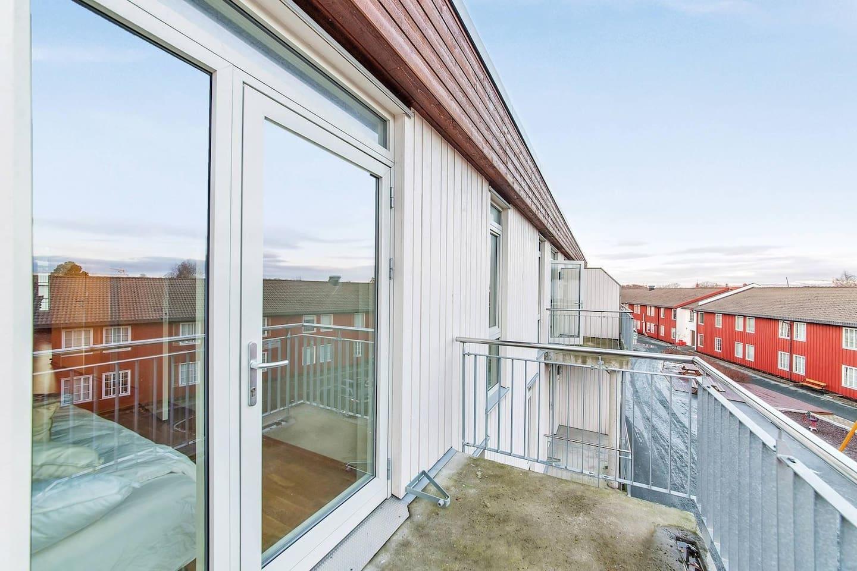 Leiligheten har egen balkong til det minste soverommet. (nøkkel til balkong; kan låses fra innsiden)