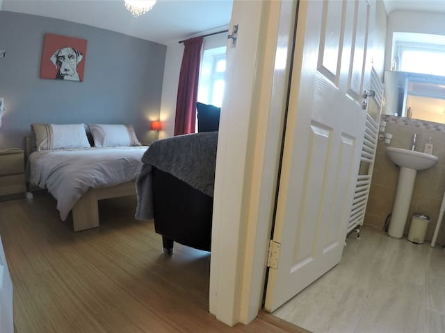 2Bedrooms-KgSizebed-PRIVATE bath-TV-20mn to London