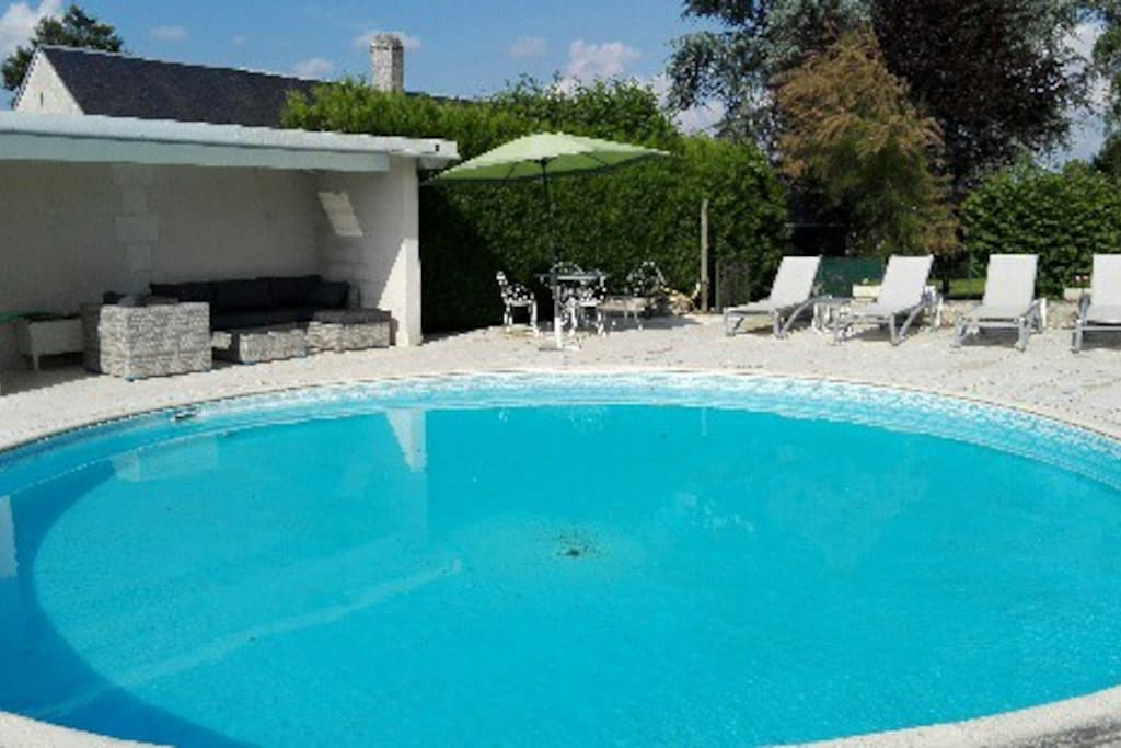 La piscine et son salon de jardin