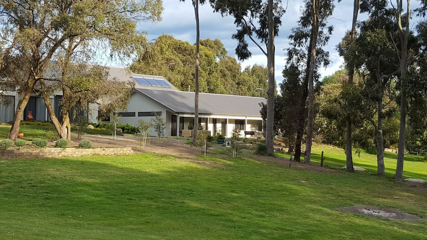 Yaringa Lodge Guest House 1 bedroom weekend rental. Rural Getaway less than an hour from Melbourne.