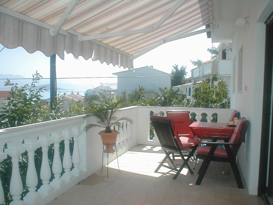 Sonnenterrasse mit Blick aufs Meer. Sunny terrace mit view to the sea.