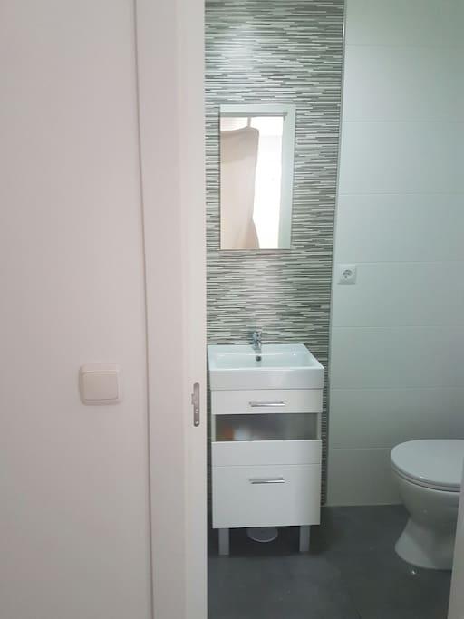 Cuarto de baño completo con servicio gratuito de toallas, secador de pelo, champú, gel y papel higiénico.