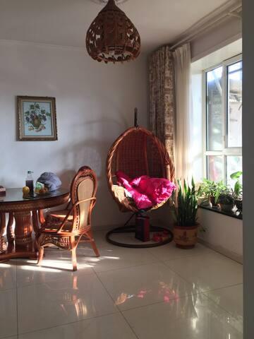 明亮温馨独立小院落,卧室自带独立卫生间,花园小屋。